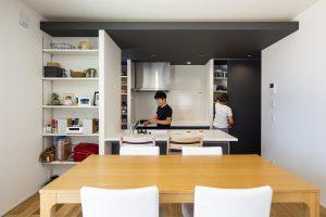 家族の会話を育む対面キッチン