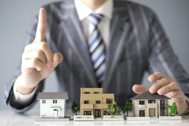 耐震住宅の重要性について説明する男性